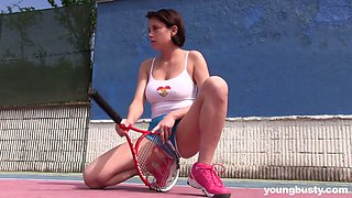 18 yo chick Anabelle is masturbating her pussy right on the tennis court