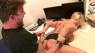 Seductive blonde Victoria Summers enjoys her partner's schlong