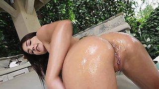 Bikini Babe Gets Lubed