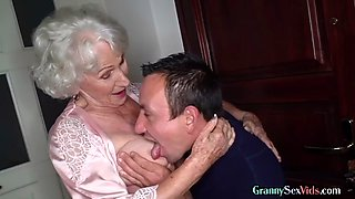 Hairy old granny loves pussy