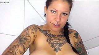 Tattoo-schlampe rasiert haarige speckfotze!