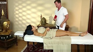 Groped MILF babe filmed during massage